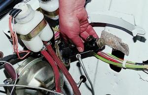 Снятие и замена главного цилиндра сцепления Ваз-2107