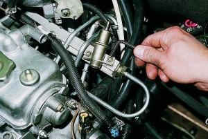 Снятие и замена регулятора давления топлива двигателя ВАЗ-2111