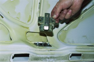 Снятие и замена замка крышки багажника автомобиля ВАЗ-21099